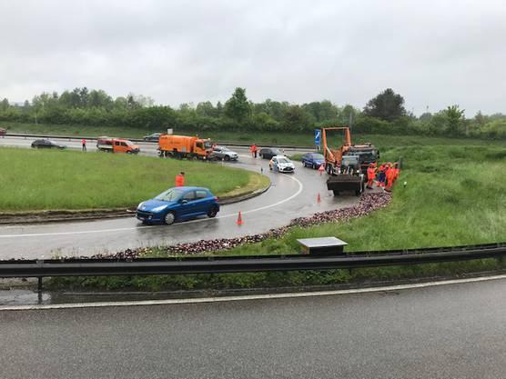 Die Autobahn-Ausfahrt muss für die Aufräumarbeiten gesperrt werden.