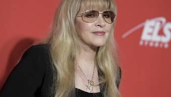 Stevie Nicks von Fleetwood Mac ist 68 und strengt sich an, dass man ihr das nicht ansieht. (Archivbild 2017)
