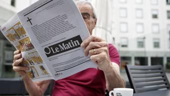 """Ein Leser mit der letzten Ausgabe von """"Le Matin"""". Vor einem Jahr gab Tamedia die Einstellung der gedruckten Version der Zeitung bekannt. (Archivbild)"""