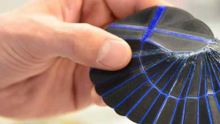 Die Imitation des Ohrwurmflügels aus dem 3D-Drucker lässt sich kompakt falten.