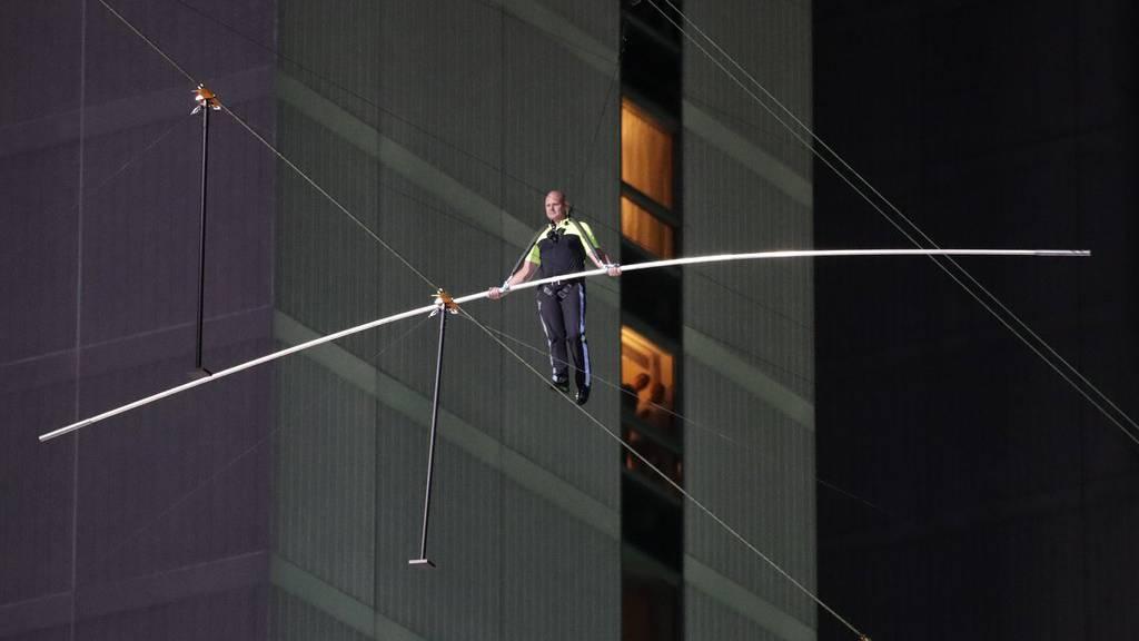 Erst im Juni lief Nik Wallenda auf einem Seil über den Times Square in New York.