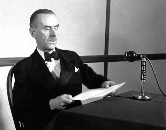 Thomas Mann im Radiostudio in New York. (Foto: Eric Schaal   © Weidle Verlag)