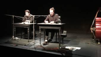 Die Autoren Rolf Hermann (l.) und Manuel Naef lasen humorvolle und poetische Texte auf der ThiK-Bühne. Fabienne Naef