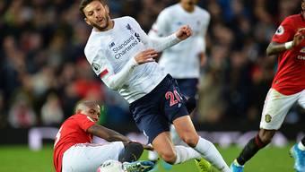 Liverpools Torschütze Adam Lallana zieht dem am Boden liegenden Ashley Young davon