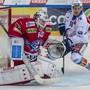 Der Meister ringt den Aufsteiger nieder: Rapperswil-Jonas Goalie Melvin Nyffeler wehrt sich gegen ZSC-Stürmer Raphael Prassl