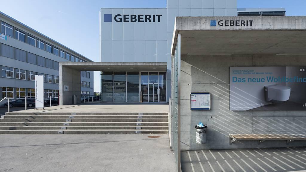 Der Sanitärtechnikkonzern Geberit hat im ersten Halbjahr weiter zugelegt. Das Unternehmen profitierte zwar auch von einer tiefen Basis, der Umsatz war aber auch gegenüber dem ersten Semester des Vorkrisenjahrs 2019 deutlich besser. (Archivbild)