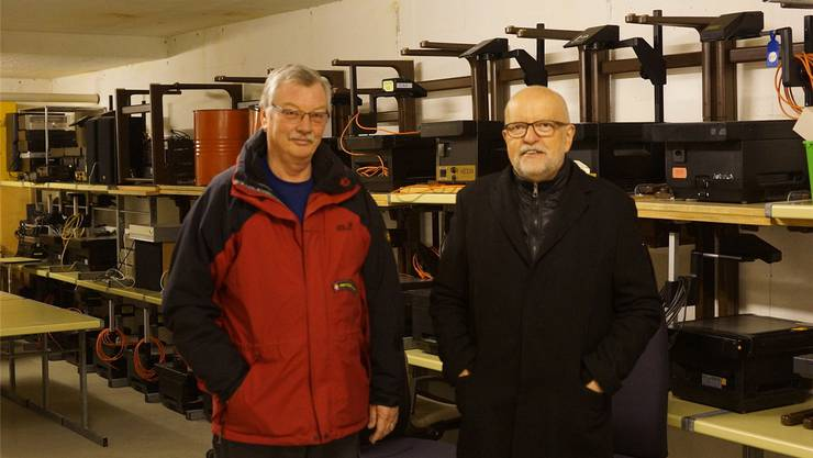 Baukommissionspräsident Hans Gysel (rechts) und Kurt Döring, Leiter vom technischen Dienst, im Raum, in dem alle Hellraumprojektoren gelagert werden.