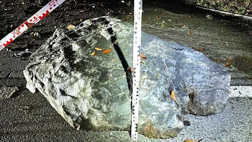 Schlafender Autofahrer schiebt 300-Kilo-Stein auf die Strasse
