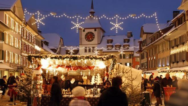 Auf der Suche nach Weihnachtsstimmung wird man hier garantiert fündig: Markt in der Altstadt von Willisau (LU). Foto: Urs Flüeler/Keystone