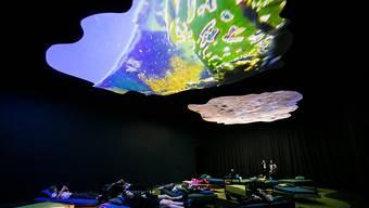 Erfolgsgeheimnis beim Publikumsmagneten Pipilotti Rist in Sydney: Besucher konnten die Videoinstallationen der Schweizer Künstlerin im gemütlichen Ambiente anschauen.