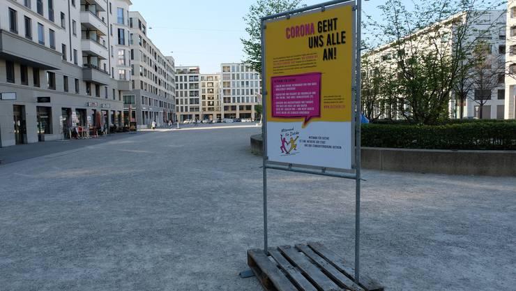 Mit Plakaten wie diesem auf dem Rapidplatz wirbt Dietikon für die einheimischen Geschäfte.