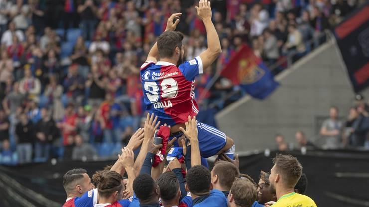 Basels Davide Calla wird verabschiedet vor dem Fussball Meisterschaftsspiel der Super League zwischen dem FC Basel 1893 und dem FC Luzern im Stadion St. Jakob-Park.