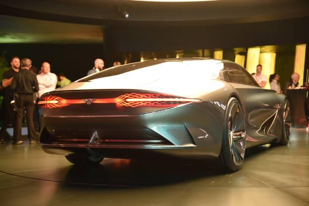Das flach auslaufende Heck trägt wie die Front deutliche Elemente der Bentley-Tradition.