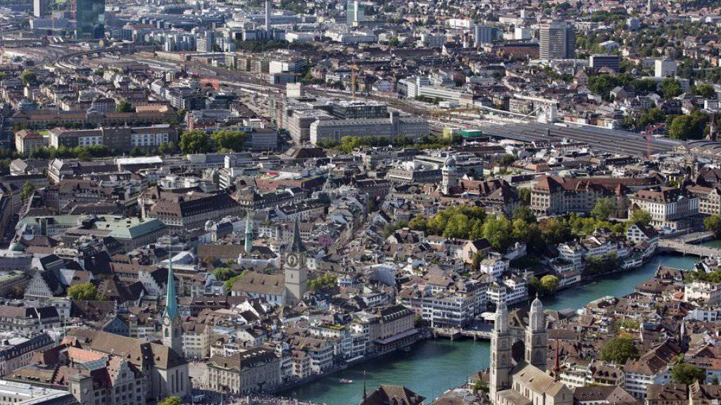 Blick auf Zürich. Auch hier gilt: Je grösser und dichter die Stadt und je bedeutender der Dienstleistungssektor, desto eher gerät die gewerblich-industrielle Produktion unter Druck. (Archiv)