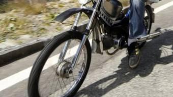 Ein Mofafahrer und ein Motorradfahrer zogen sich bei zwei Unfällen innerhalb von 10 Minuten Brüche zu. (Symbolbild)