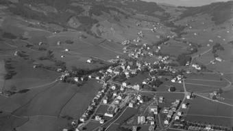 Flugaufnahme von Gais, aufgenommen von Hans Gross junior im Jahr 1937. Das Ausserrhoder Staatsarchiv hat die umfangreiche Sammlung jetzt online zugänglich gemacht.
