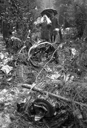 Trümmerteile des Swissair-Flugzeuges liegen verstreut im Wald in der Nähe von Würenlingen.