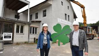 Miteigentümer Karin Küchler-Enz und Jürg Ammann auf dem einstigen Schreinerei-Areal, wo bis 2019 zwei moderne Mehrfamilienhäuser entstehen.