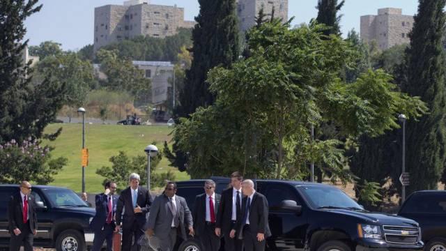 John Kerry auf dem Weg zum Helikopter in Jerusalem