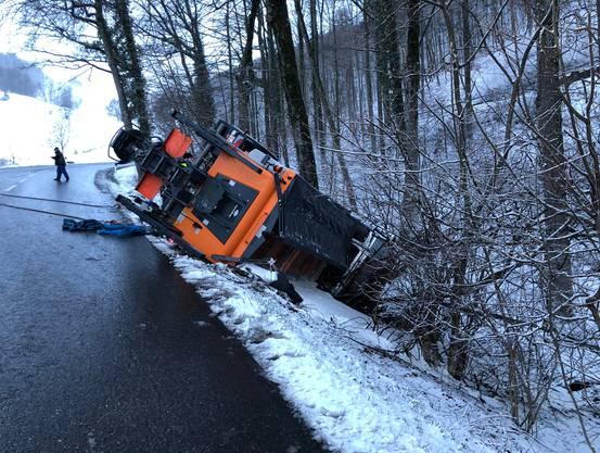 Der Fahrer des Salzstreuwagens blieb unverletzt.