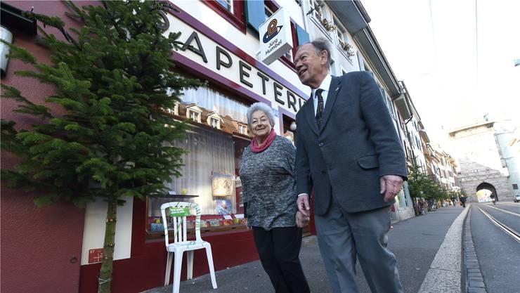 Bianca und Jürg Humbel betreiben ihre Papeterie seit über 50 Jahren mit Herzblut – ihr Blick reicht aber über die Ladentheke hinaus in die Spalenvorstadt.