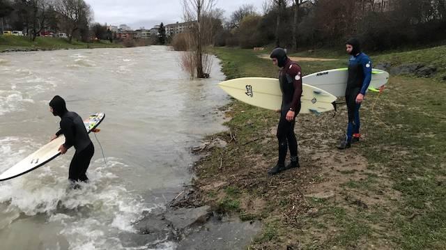 Sufer steigen in die Birs - anlässlich des Hochwassers im Januar 2018.