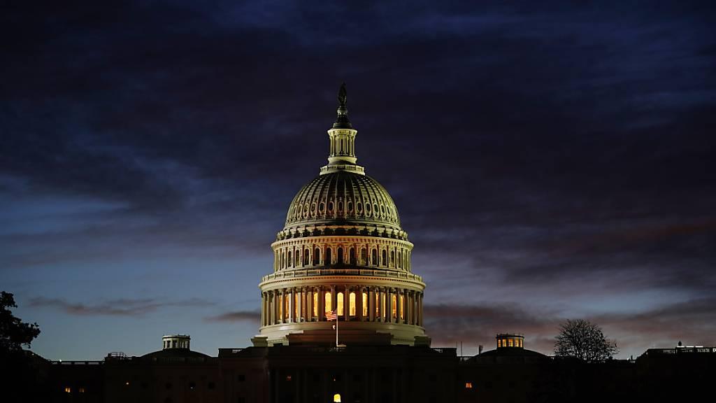 Blick auf das Kapitol im Morgengrauen am Tag der US-Präsidentschaftswahl. Foto: J. Scott Applewhite/AP/dpa