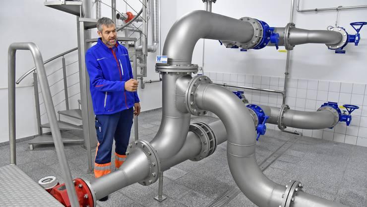 Wolfwils Brunnenmeister André Bichsel zeigt seine tägliche Arbeit.