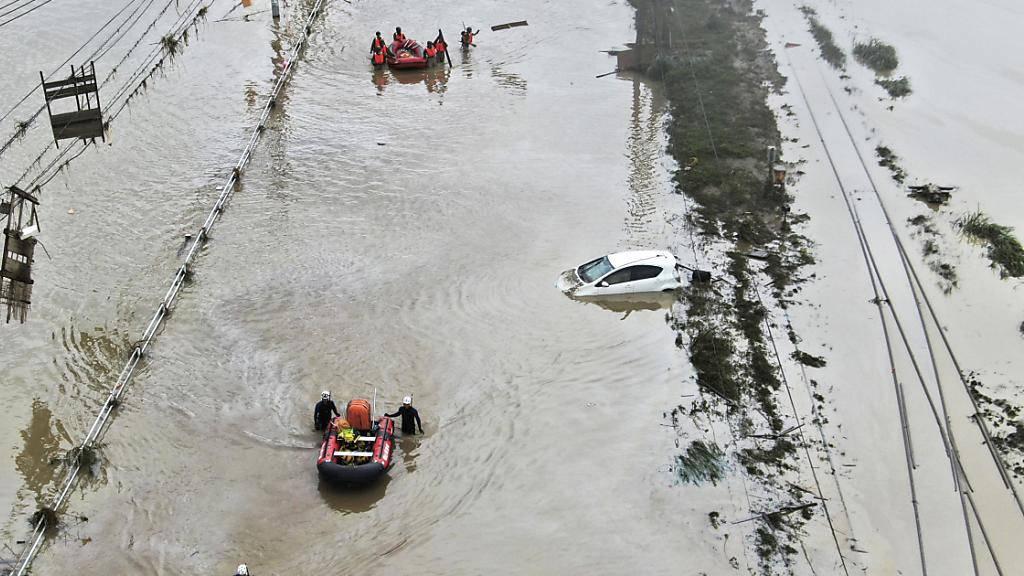 Regenfälle erschweren Bergungsarbeiten in Japan