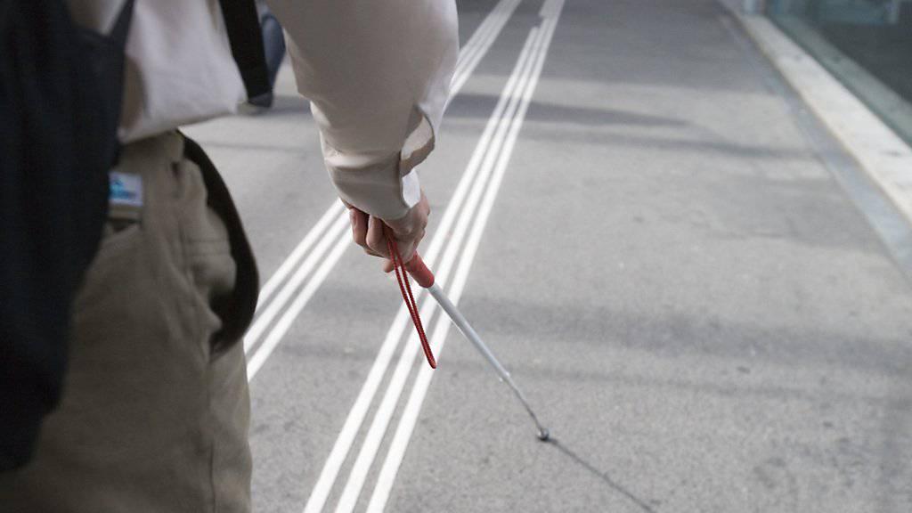 Das Bundesamt für Verkehr (BAV) will beim Anbringen der Markierungen für Blinde im Zürcher Durchgangsbahnhof Löwenstrasse die Blindenverbände einbeziehen. (Symbolbild)