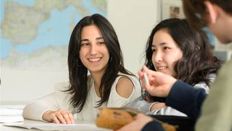 Mathematik-Unterricht an der Kanti Baden im Rahmen des Förderprogramms «Chagall»: Interessiert verfolgen die Bez-Schülerinnen den Unterricht.