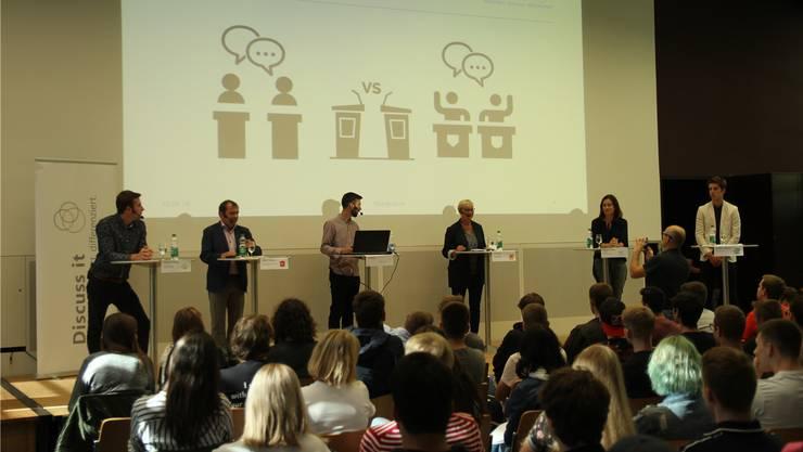 Hatten viel zu bereden: Daniel Hölzle (Grüne), Jürg Caflisch (SP), Moderator Raffael von Arx, Pia Viel (CVP), Maja Riniker (FDP) und Jung-SVPler Cedric Meyer.