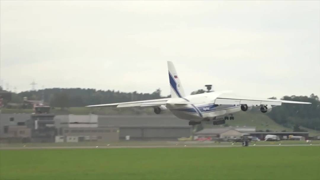 Riesenflugzeug Antonov in Emmen gestartet
