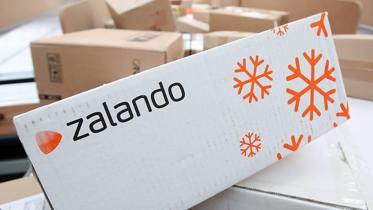 Der Onlinehändler Zalando bekommt die sinkende Kauflust der Konsumenten wegen der Corona-Pandemie zu spüren. (Archiv)