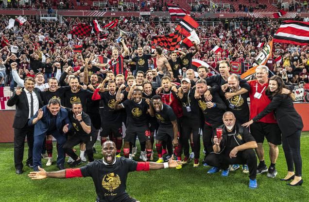 Eine Cupfeier wie in Zeiten vor Corona: Die Spieler von Honved Budapest feiern mit den Fans.