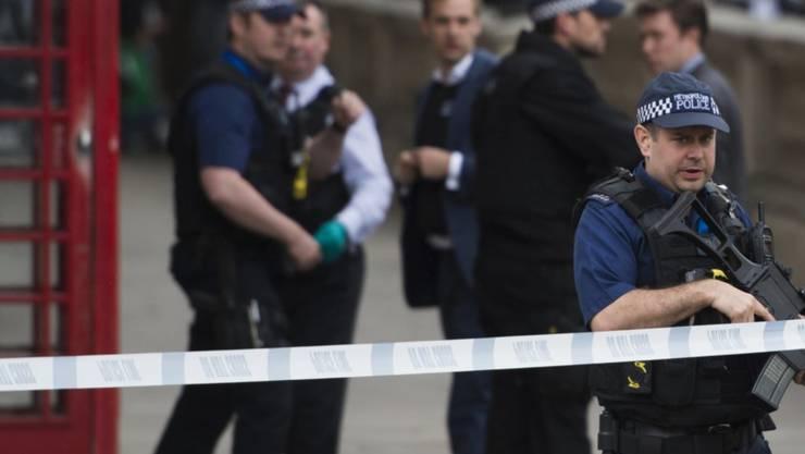 Die Polizei in London hat fünf Personen wegen Terrorverdachts festgenommen. Dabei wurde eine Frau angeschossen. (Archivbild von einem Polizeieinsatz am 27. April 2017)