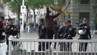 Trotz Verbot haben sich in der Stadt Zürich am Freitagmittag bereits Aktivisten zu mehreren Mini-Demonstrationen versammelt. Die Stadtpolizei löste die Menschenansammlungen auf und führte Personenkontrollen durch. Verhaftet wurde bisher aber niemand.