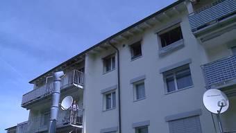 In Oberentfelden brennt am Sonntagmorgen die oberste Wohnung eines Mehrfamilienhauses, die Ursache ist unklar. Die Mieterin musste mit einer Rauchvergiftung ins Spital gebracht werden.
