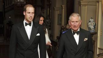 Prinz William, Prinzessin Kate, Camilla und Prinz Charles verlassen das Clarence House, um die Hochzeut zu feiern