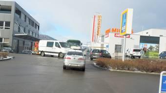 Vortritt hat, wer ihn sich nimmt: Auf den Strassen im Supermarkt-Gebiet Geelig kommt es regelmässig zu brenzligen Situationen. PKR
