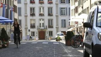 Aarauer Rathausgasse mit markierter Wasserrinne. (Peter Siegrist)