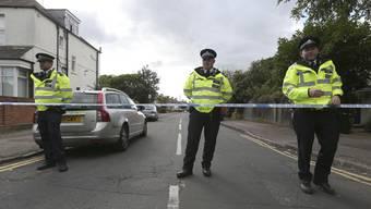 Eine Strassensperre im Westen von London, wo die Polizei ein Reihenhaus durchsucht.