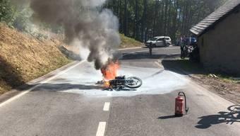 Nach einem Selbstunfall auf der Klausenstrasse fing ein Motorrad wegen auslaufendem Benzin Feuer. Der Lenker verletzte sich geringfügig.