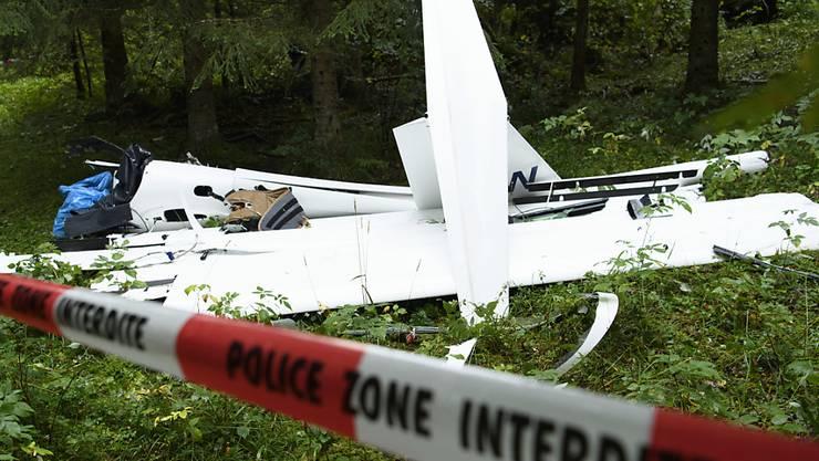 Das zertrümmerte Segelflugzeug, in dem zwei Menschen ums Leben gekommen sind.  (KEYSTONE/Laurent Gillieron)