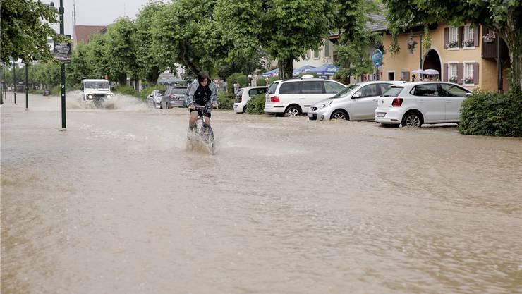 Der Dorfkern von Muttenz wurde am Samstagnachmittag das zweite Mal innerhalb von sechs Wochen geflutet. Keystone