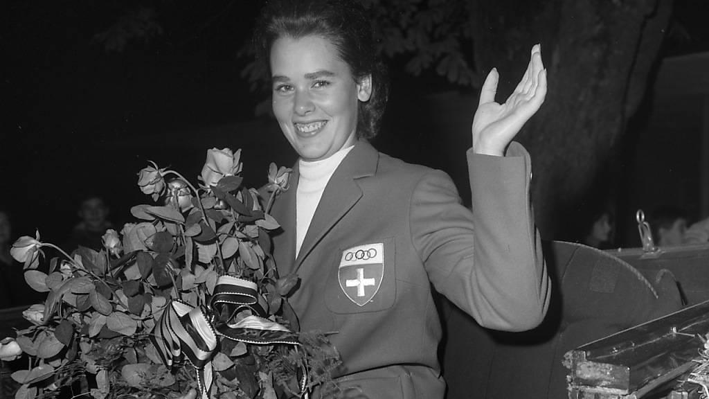 Sie brach den Bann für die Frauen: Dressurreiterin Marianne Gossweiler war die erste weibliche Sommer-Olympionikin der Schweiz. Und holte 1964 in Tokio gleich eine Silbermedaille. Im Bild: Empfang in Schaffhausen an Bord eines Landauers. (KEYSTONE/PHOTOPRESS-ARCHIV/Fritz Grunder)