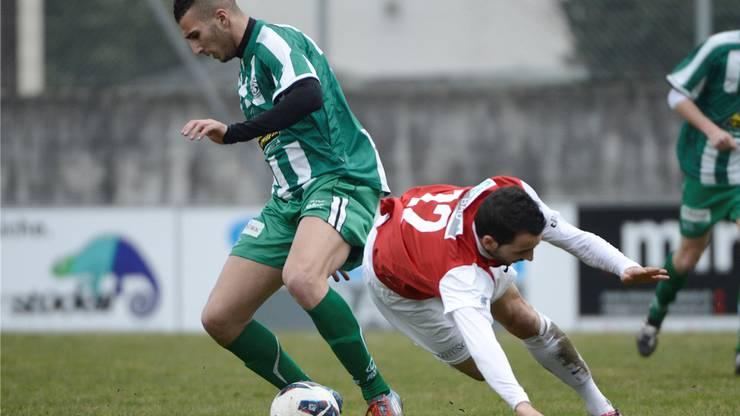 Solothurns Adrian Flury (R) gegen Serrieres Farid Bemrandane (L)