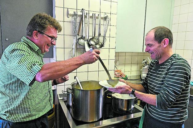 Urs Schenker und Stefan Schmidt schöpfen Suppe. Bild: Bruno Kissling