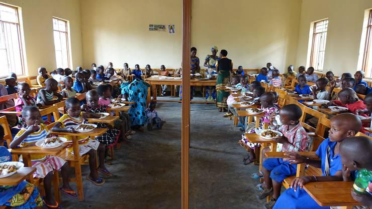 Dreimal wöchentlich erhalten die Waisen und verwahrlosten Kinder in den Kantinen ein Essen, die Woche hindurch aber auch Betreuung durch die Mamans Volontaires («freiwillige Mütter»)