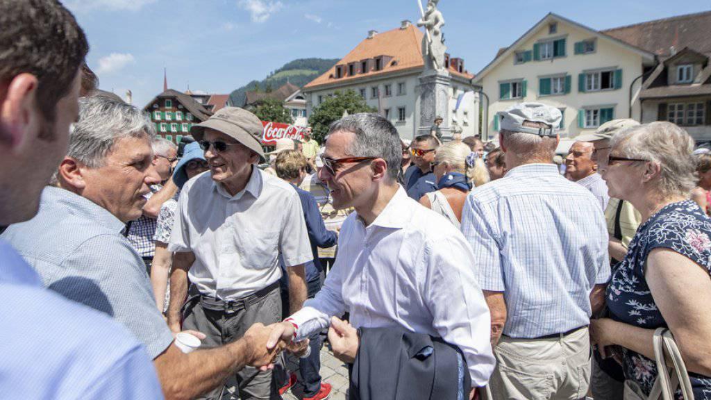 Bundesrat Ignazio Cassis (Mitte vorne) beim Händeschütteln am Apéro mit der Bevölkerung des Kantons Nidwalden.